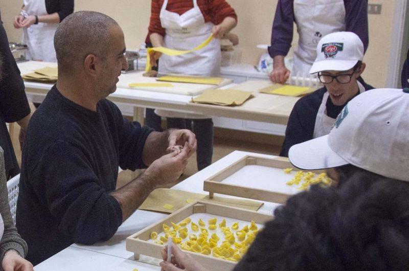 Aggiungi i tortellini a tavola <br> <span> Il Tortellante è un'associazione formata da persone con autismo e familiari. Un laboratorio di cucina. </span> <br> 🔊 Puntata 736