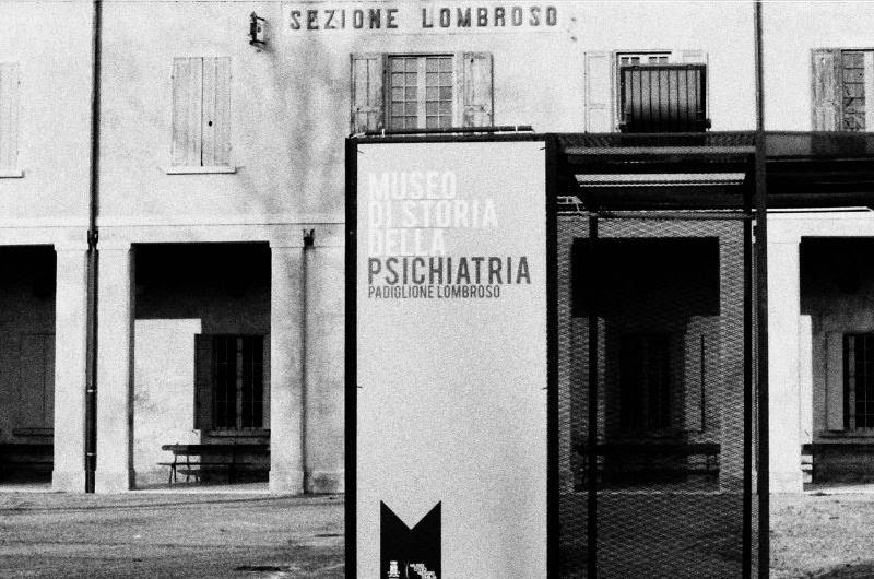 Il manicomio che c'era <br> <span> Guidati dallo psichiatra Gaddomaria Grassi raccontiamo la storia del manicomio San Lazzaro di Reggio Emilia </span> <br> 🔊 Puntata 740